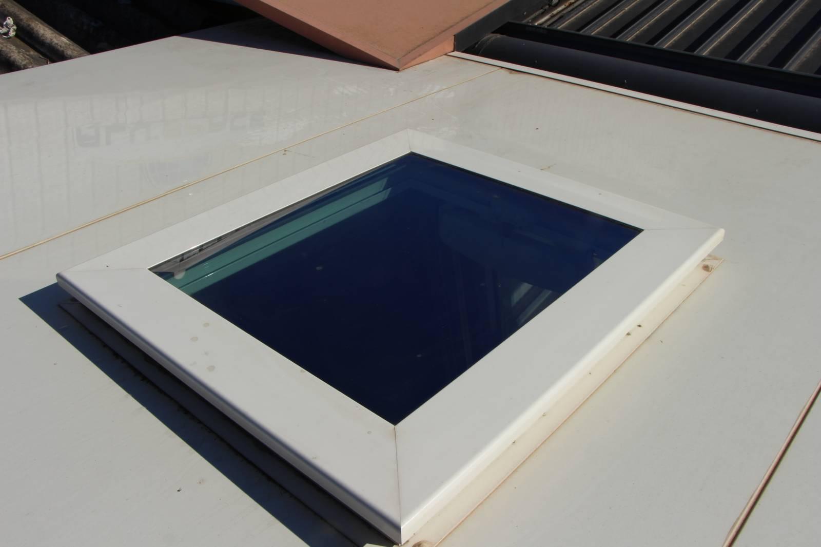 une fen tre de toit fentop dans une toiture de v randa en panneaux sandwich protecalu. Black Bedroom Furniture Sets. Home Design Ideas